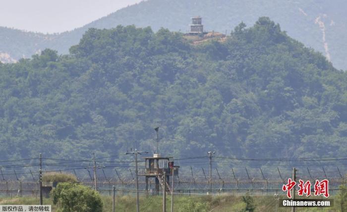 当地时间6月16日,朝韩边境上的韩国哨所(下)与朝鲜哨所(上)。据报道,6月5日,朝鲜宣布,关闭位于开城工业园区的朝韩联络办公室,9日又宣布,切断朝韩之间的一切通讯联络线。