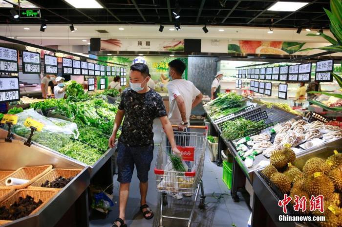 资料图:市民在采购蔬菜。<a target='_blank' href='http://www.chinanews.com/'>中新社</a>记者 蒋启明 摄